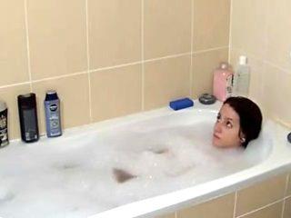 salope se touche dans son bain