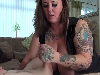 Nerdy guy gets deep-throated by a plump tattooed babe