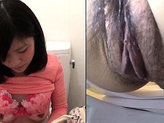 Kinky asian sprays pee