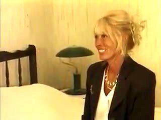 Une vieille blonde avec un gigolo