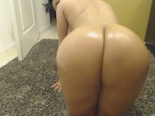 Big booty latina shaking it in her bathroom