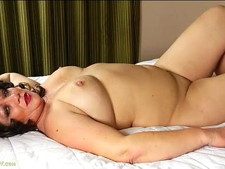 Chubby naked mature babe Cheryll loves dirty talk