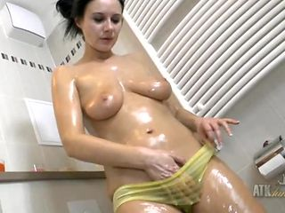 Oiled milf body looks sexy in the bathroom