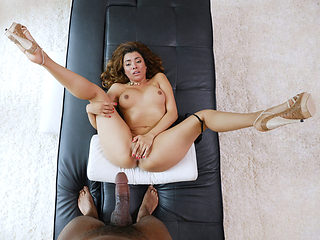 Amateur Has Squirting Orgasms Multiple Times During Casting