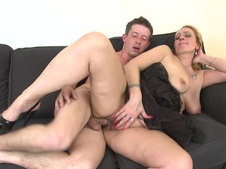 Horny housewife allows the tattooed guy to push the cock into her cunt