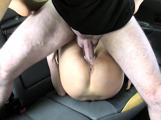 Teen gal fucks in taxi for free ride