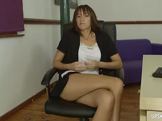 Short skirt makes for easy upskirt teases