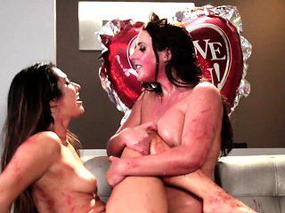 Squirting lesbos seducing pussies in threeway